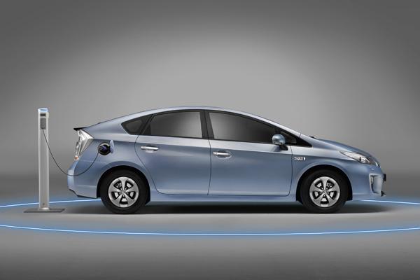 有別於一般版的Prius,TOYOTA新推出的Prius Plug-In追加了以市電充電的機能並配備加大的蓄電池,因此在短程通勤行駛時功能與零污染的電動車無異。