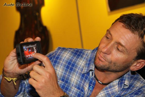 Gray很愛拿起自己的手機秀照片給大家欣賞,據他說他也曾經演出過Top Gear節目,但絕對不是Stig。