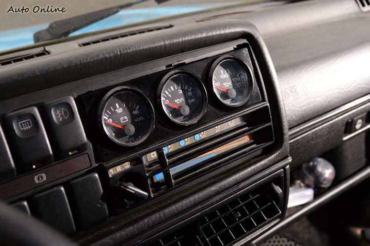 中控台上方加裝三環表,除了可以監控引擎狀況之外,還能增添車內戰鬥氣息。