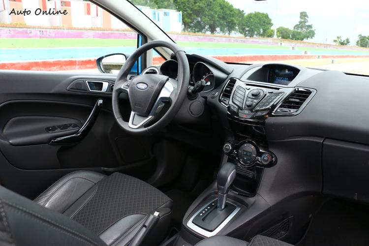 Fiesta內裝呈現運動風格,不過中控台按鍵有些繁瑣。