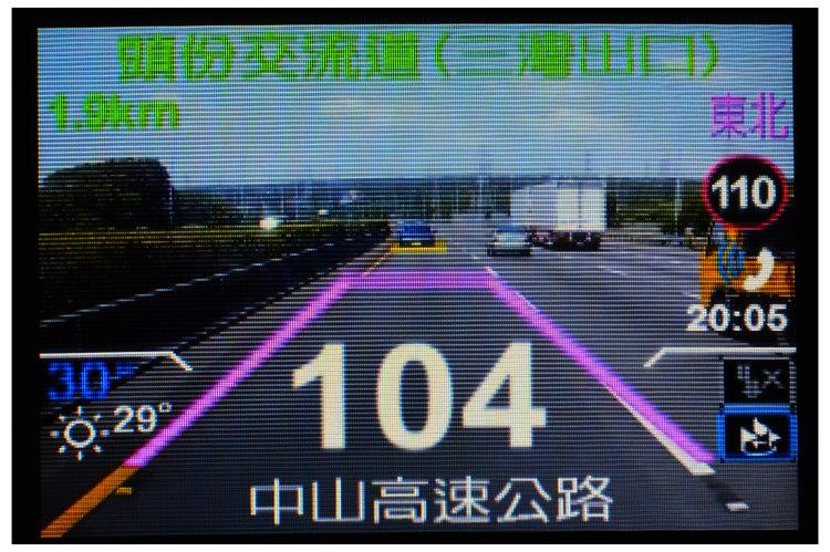 圖中粉紅色框為所謂的安全範圍,黃色橫線代表前車所在位置,一旦欺近就會發出警示聲響;不過實際駕駛時在4吋螢幕上究竟能看清楚多少資訊,以及是否有無過於雜亂的問題,就有待實測證明了。
