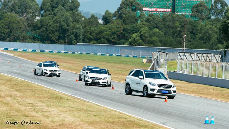 前導車ML63 AMG為教練專屬,在練習前導引學員熟悉場地用。