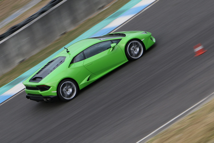 半含油門刷過彎道時能明顯感覺車尾微微滑動,而偏滑的程度很好掌控。