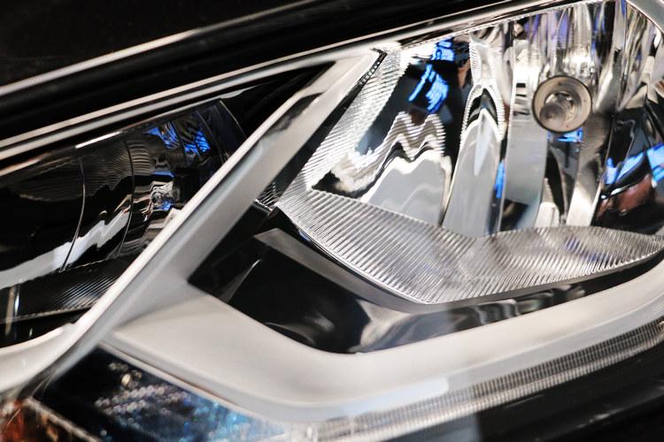 車燈加上LED燈飾條,但展示車內部仍是傳統鹵素燈。