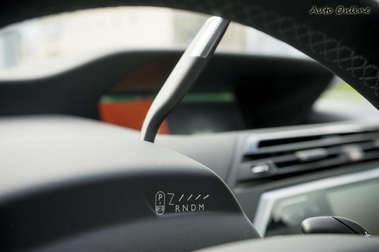 排檔桿為撥桿式,也空出了前座中央空間。
