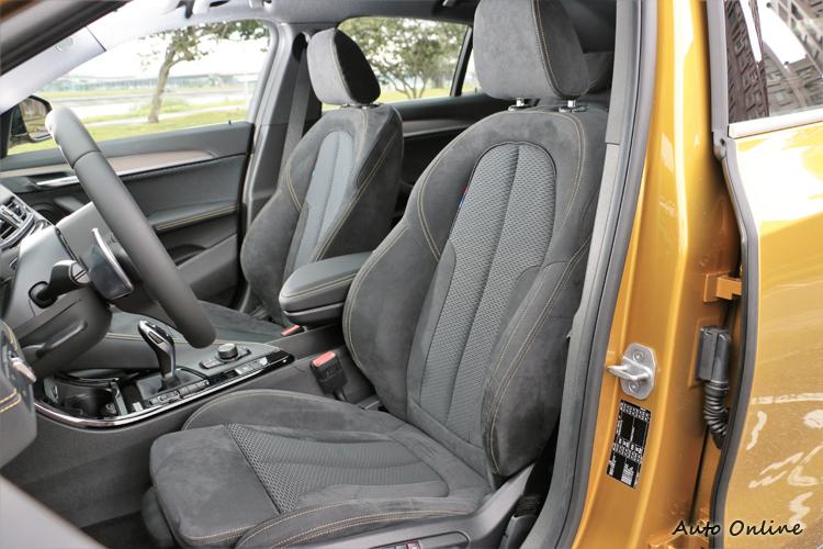 Alcantara麂皮搭配Micro Hexagon高級織布材質跑車化座椅,包覆性好但覺得椅子稍小對於體型較大者有點不友善。