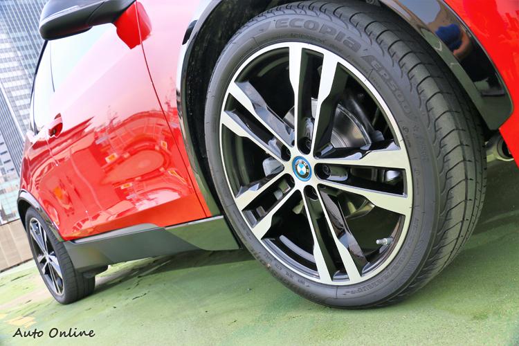 輪胎尺寸看似很大,其實接觸地面的寬度只有175mm。