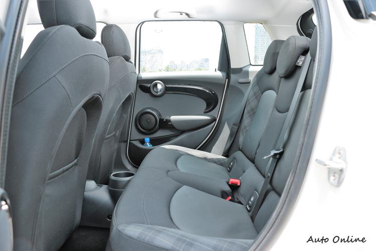 5-DOOR MINI後座獨立車門方便進出,空間也比3-DOOR來的寬敞。