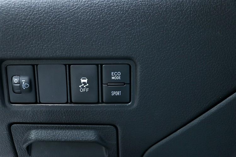 行車模式與循跡系統開關在不起眼的駕駛左側。