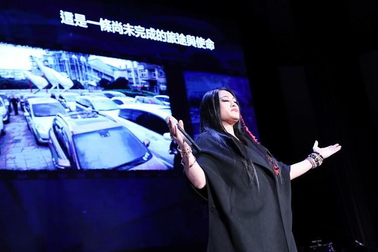 在紀曉君演唱神話歌聲中,影片帶出在凱泰執行長辭世後,各界感念自發行動,有車主自發集結從三義開到台北港以行動追隨
