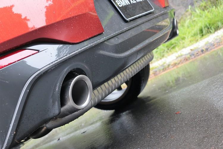 車尾部分特別換上直徑達 100mm 的左右單出設計鈰灰色排氣尾管。
