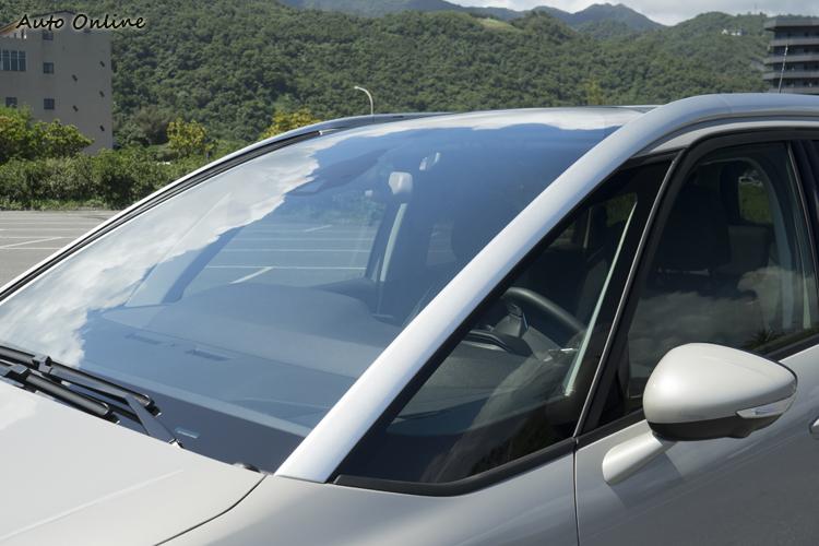 前擋風玻璃面積很大,所以遮陽板也有向前延伸的設計。