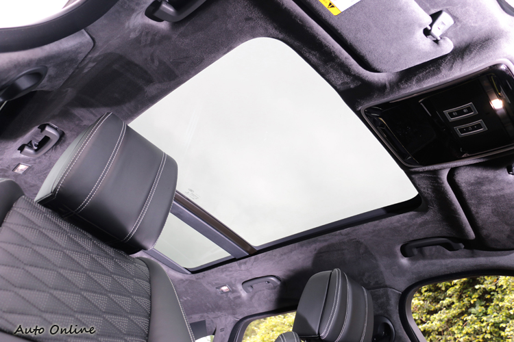 在可調椅背與全景式天窗輔佐下,乘坐者得到寬敞、舒適且無壓迫感的環境。