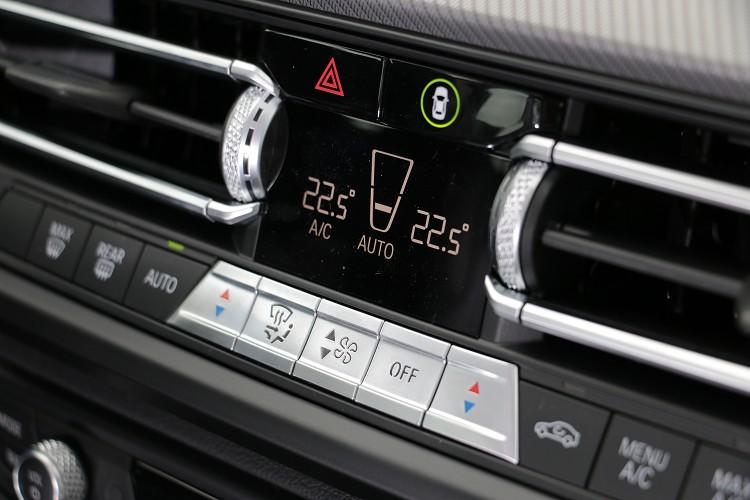 冷氣的顯示螢幕簡化到非常小放置在冷氣出風口中間。