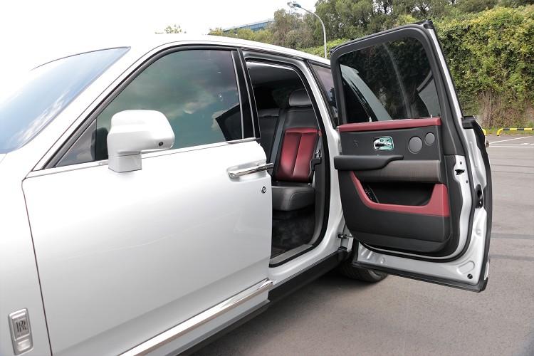 打開經典的馬車式對開車門,提供駕駛與乘客最好的上下車方式。