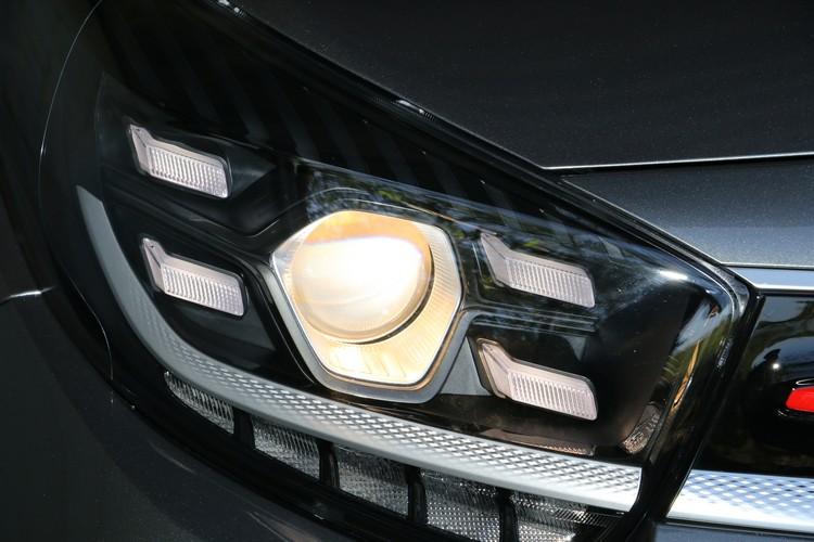 頭燈有光感應自動啟閉功能,不過並不是LED設計,再搭配四點式LED日行燈,不同的色溫看起來可能會有些奇怪。