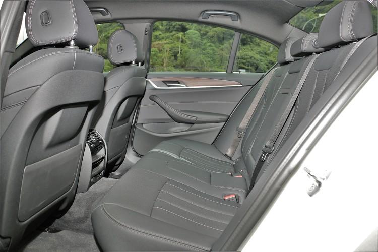 不管是頭部還是膝部都達到中大型房車水準,舒適性上也配有冷氣出風口。