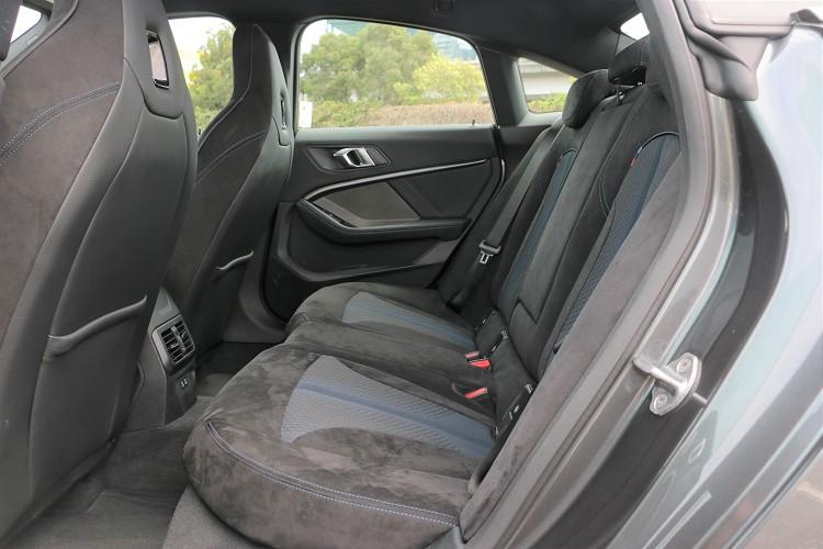 後座也是使用Alcantara麂皮/高級織布,空間表現受到車頂影響,頭部有點壓迫。