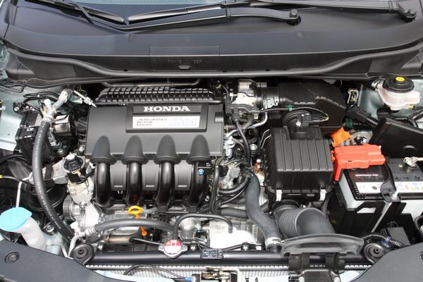 Honda Insight是以汽油引擎還是主要的動力來源,當駕駛需要更強勁的動力時,電動馬達便會加入輔助引擎動力。