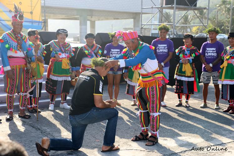 特地前來參與金樽衝浪比賽開幕祈福儀式,為選手們加油打氣。