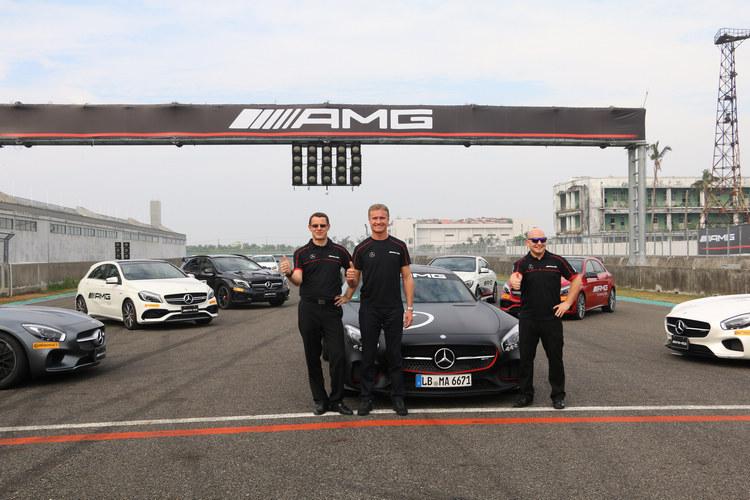 在前F1車手David Coulthard(中)和台灣賓士總裁邁爾肯 (左)、轎車行銷業務處總裁何睿思(右)身後的是全系列的AMG性能猛獸,強大氣勢令人屏息。