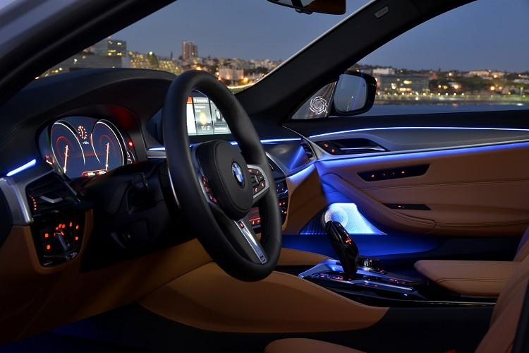 車內的氣氛燈只有在夜晚特別明顯,駕駛者能調整自己喜愛的顏色。