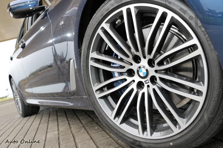 試駕車還選配了M款雙輻式19吋鋁圈,更加深了M Sport跑格化的靈魂。