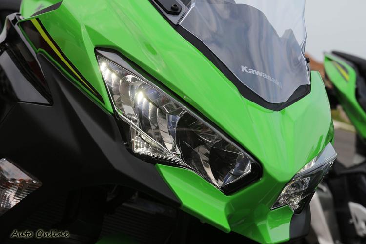 Ninja400的LED大燈承襲ZX-10R的風格。