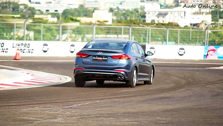 在大下坡S彎路段若煞車點沒掌握好就容易推頭。