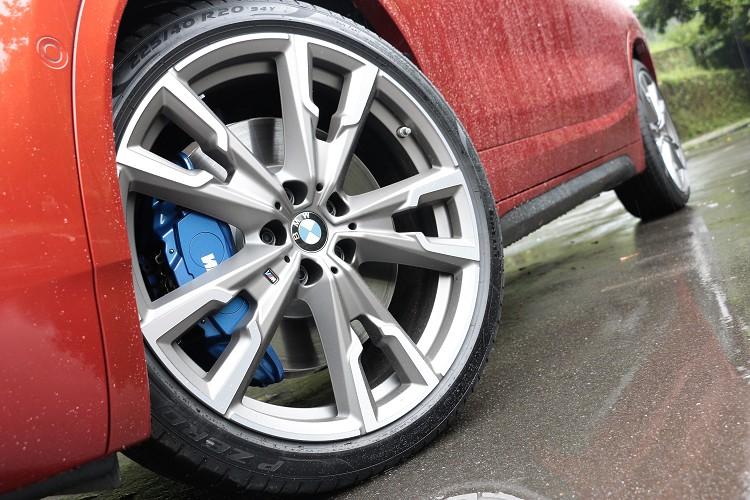 搭配20吋M款專屬輪圈以及M款跑車化煞車套件,配置前 18 吋、後 17 吋的大尺碼煞車碟盤及專屬深藍色的 M 款煞車卡鉗。