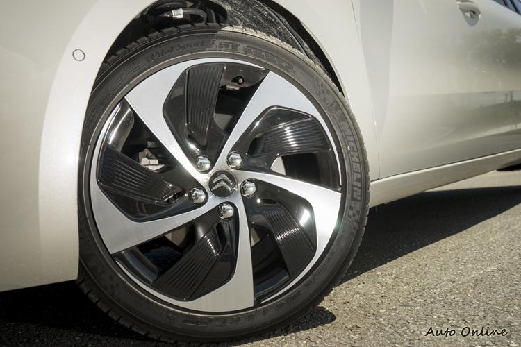 Feel車型標配是17吋圈,不過試駕車上的18吋圈也不錯看。