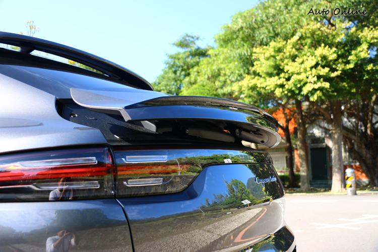 車尾標配主動式空氣力學套件(PAA)含主動式車頂擾流板,時速90 km/h以上尾翼就會延展135 mm。