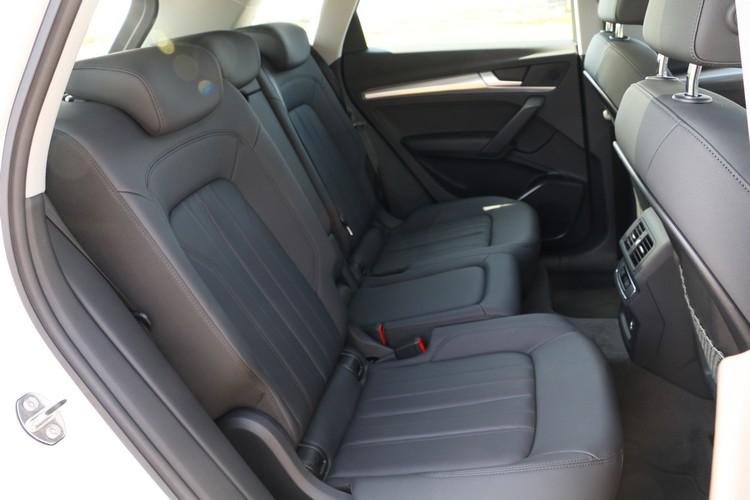 後座可前後滑移,椅背角度也能三段調整,這對於一部家庭用車來說是相當實用的設計。