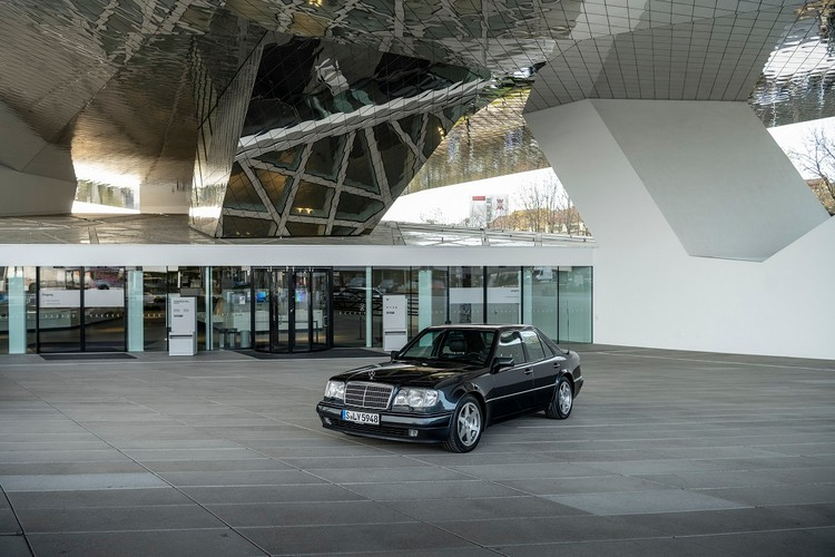 500E有著適合長途行駛的四門房車身段,卻有著超跑級的性能。