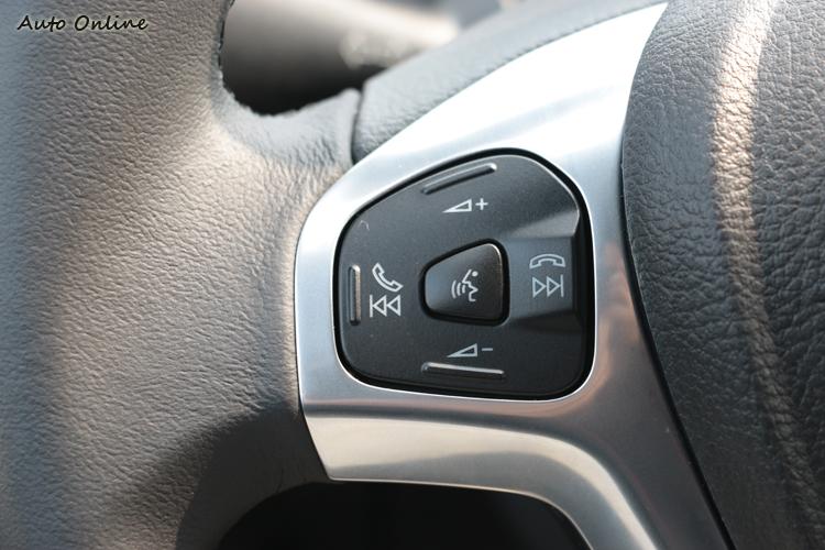 Fiesta方向盤上有音響控制按鍵。