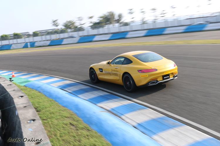 轟隆巨響聲中,GT S刷過彎角,震撼聲聽起來相當爽快。