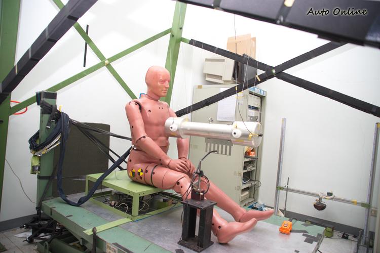 測試前人偶都需經過許多的校正測試程序,才能確保測試時紀錄數據的正確性。