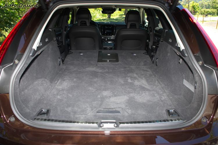 後座椅背放倒後可形成1526公升的平坦行李空間。