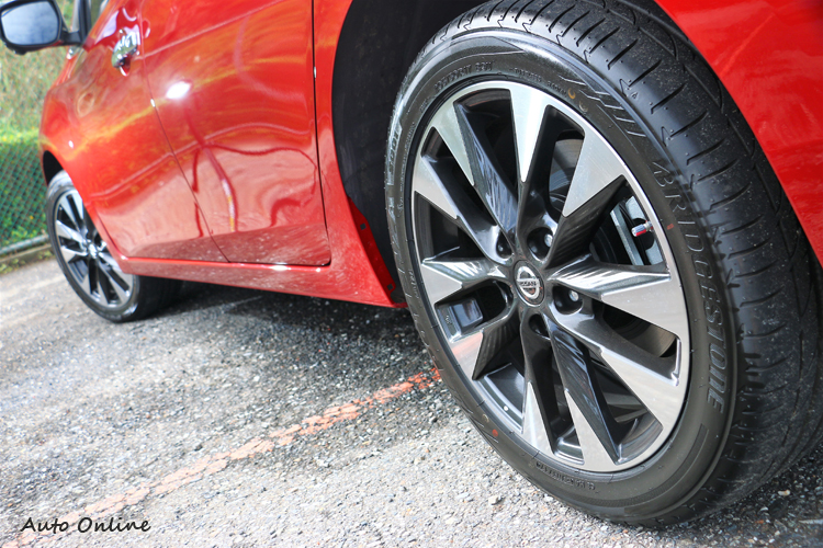 高階車型搭配17吋規格鋁圈,並且用上了普利司通S001性能跑胎。