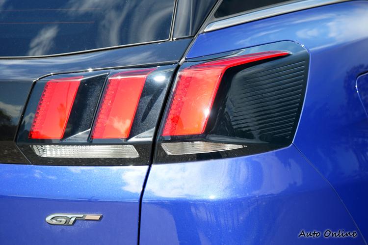 尾燈也以獅爪為印象,紅黑搭配展現強烈對比。