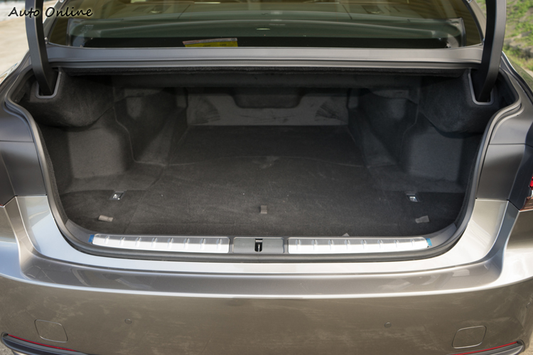 行李廂容量為440公升。