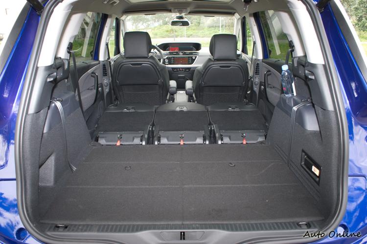 二三排座椅皆可放倒,形成平坦且容量達2184公升的行李空間。