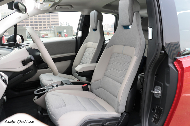 Electronic Sensatec皮質及高級織布混搭的座椅,搭配Andesite Dark Matt深色霧面飾板,營造高質感的座艙氛圍。