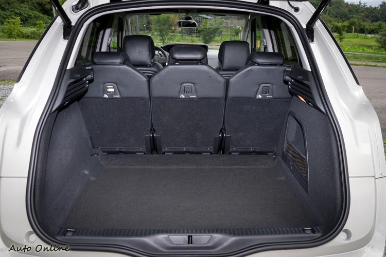 行李廂在標準狀態下就有537公升容量且形狀夠完整。