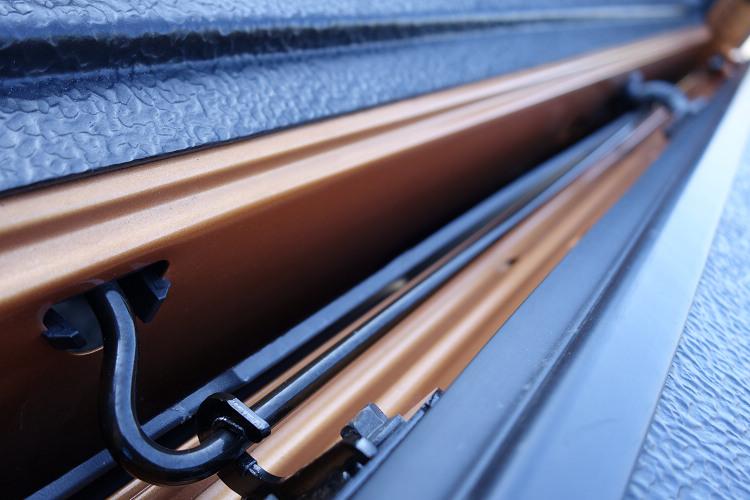 原廠利用簡單的金屬扭力桿彈力特性,大幅減輕開關尾門時所需施力。