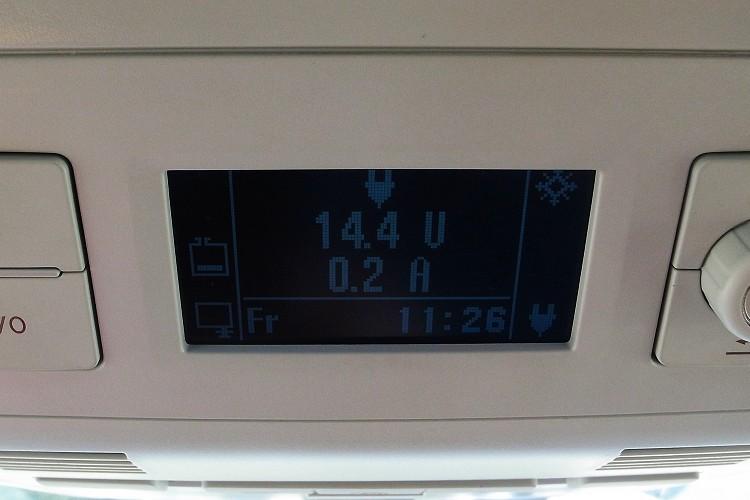 駕駛者上方小螢幕是車內所有電力設備的控制介面,像是冰箱、暖氣等都由此處調整。