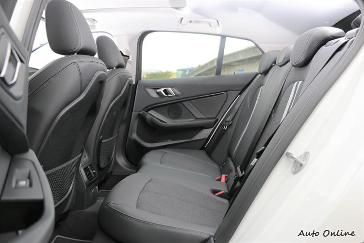 後座空間前後距離相較於前代車型增加近40mm,大幅提升整體後排乘客乘坐舒適性。