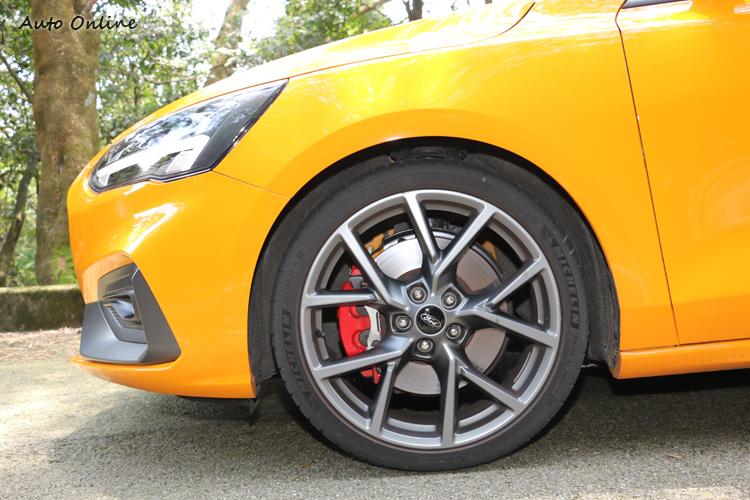 煞車系統經過升級,並且搭載專屬配方的PS4S運動車胎。