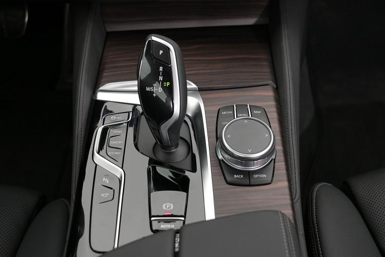 中央鞍座介面是車輛所有控制精華所在。