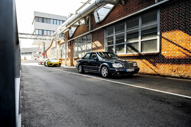 由於原產線擴充不符成本效益,Daimler-Benz AG便將寬車體的500E委由保時捷開發、製造。